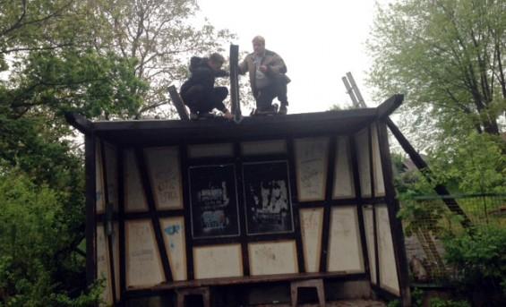 Jugendliche beim Demontieren der Hütte in Obernau