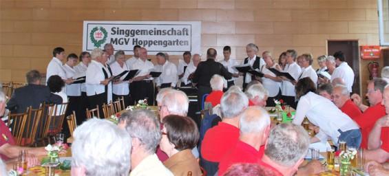 Die Singgemeinschaft eröffnete mit Chorleiter Markus Wolters das Sängerfest