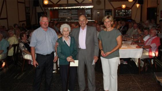 Ehrung der ältesten Teilnehmer; Mina Mast und Kurt Krämer eingerahmt vom Ortsbürgermeister Udo Seidler und der Beigeordneten Katja Vogel