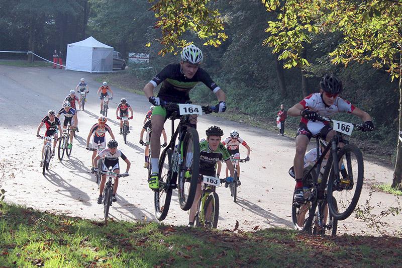 Pepe Rahl (166) beim Finalrennen des XCO-NRW-Cup in Remscheid ganz vorn dabei