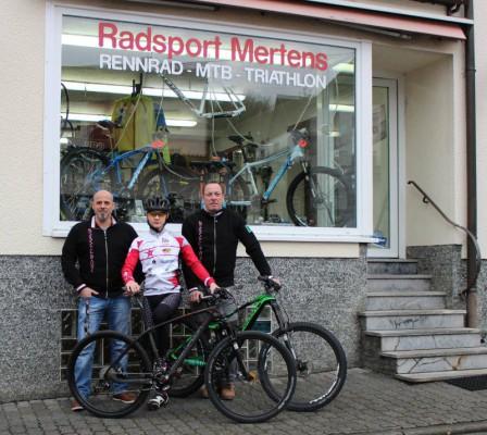 Von links: Heiko Botsch, Pepe Rahl, Karl-Heinz Mertens. Im Vordergrund: Simplon Razorblade 275 (Hardtail), hinten Simplon Kuro 275 (Endurobike)