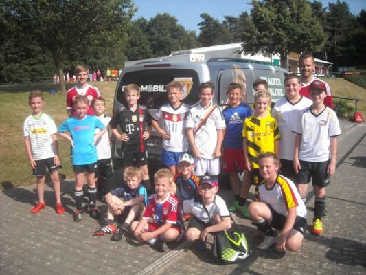 DSCN1102[1] DFB-Mobil und junge Fußballer nach dem Training
