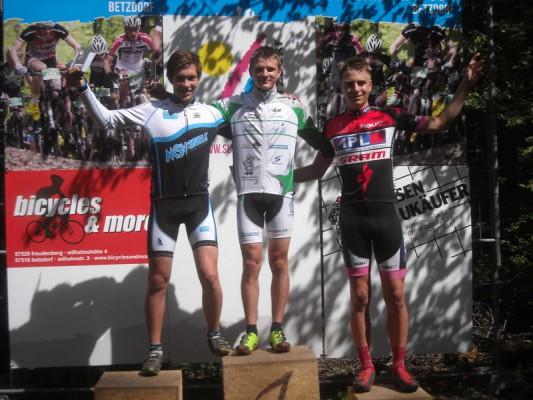 DSCN1300[1] Pepe Rahl (MItte) U17 Sieger im XCO NRW MTB Cup Rennen (1)