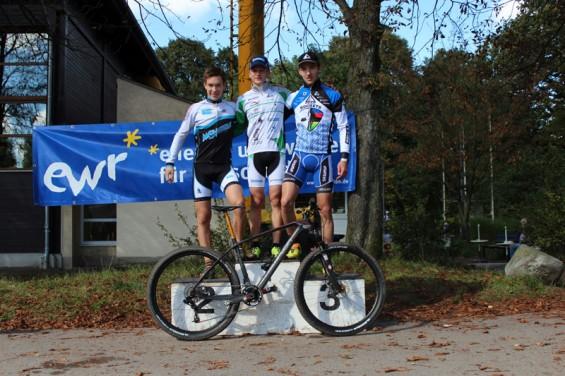 Siegerehrung beim XCO NRW MTB Cup, Pepe Rahl auf Platz 1 Foto: Karl-Peter Schabernack