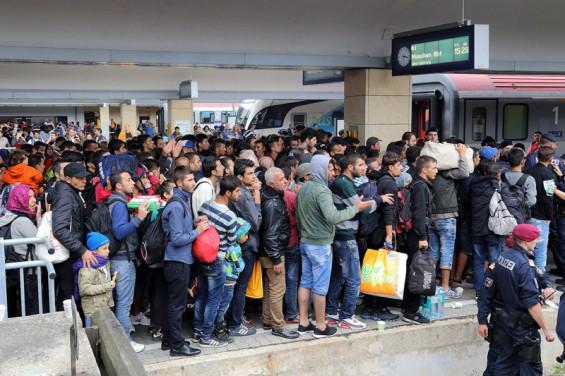 lüchtlinge am Wiener Westbahnhof vor der Fahrt Richtung Deutschland - Bild: © Bwag/Commons CC-BY-SA 4.0
