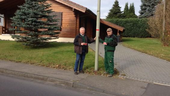 Friedhelm Seelbach und Udo Seidler (v. r.) bei der Kennzeichnung der Laternen