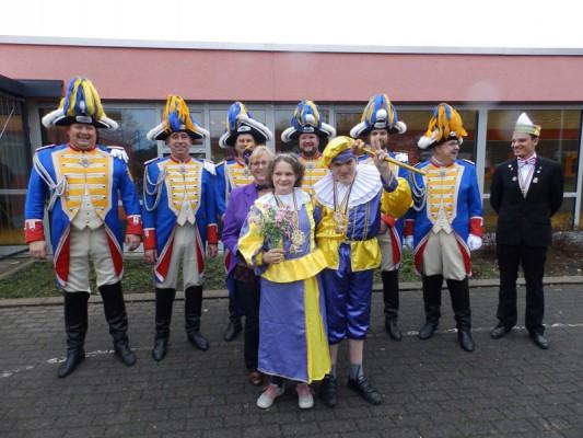 Prinzessin Lara, und zum anderen Prinz Maik und Prinzessin Lara (vorne), Adjutantin Elisabeth Wagner (w. Reihe), und die Staatse Kaels e.V. sowie Björn Simon, Bund Deutscher Karneval/Regionalverband Rhein-Sieg-Eifel