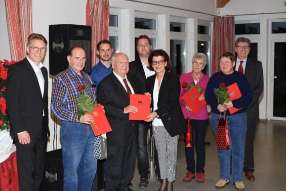 Ehrung der anwesenden Jubilare durch  Regierungspräsidentin Gisela Walsken