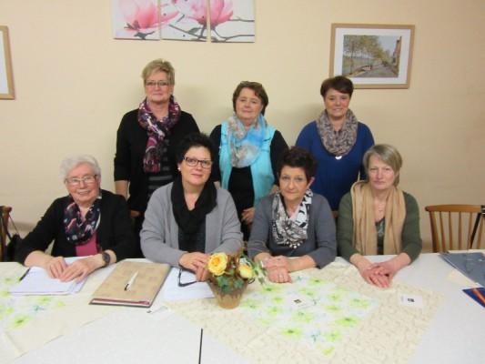 Der gewählte Vorstand; Isolde Krämer, Heike Schäfer-Busies, Gabi Brandenburger, Elisabeth Ebach (sitzend von links), Angelika Rosner, Jutta  Hammen, Bärbel Seidler (stehend von links)