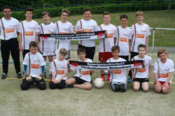 D-Jugendfußballmannschaft der SG Niederhausen-Birkenbeul mit den neuen T-Shirts. Links: Jugendtrainer Christof Feil.