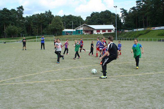 Trainingsspiele während dem Feriencamp der Dürener Fußballschule auf der Waldsportanlage Hohe Grete in Pracht-Wickhausen