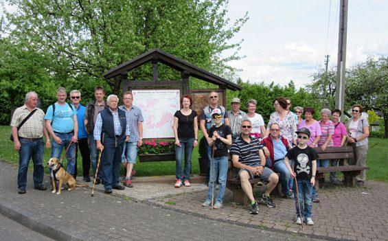 Die Wandergruppe beim Start in Wickhausen