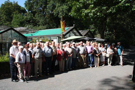 Die Senioren der Ortsgemeinde Pracht vor dem Garten der Schmetterlinge in Bendorf