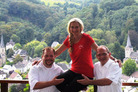 Die designierte Jungfrau Tina mit den Vorsitzenden der KG Herchen  (Foto: KG Herchen).