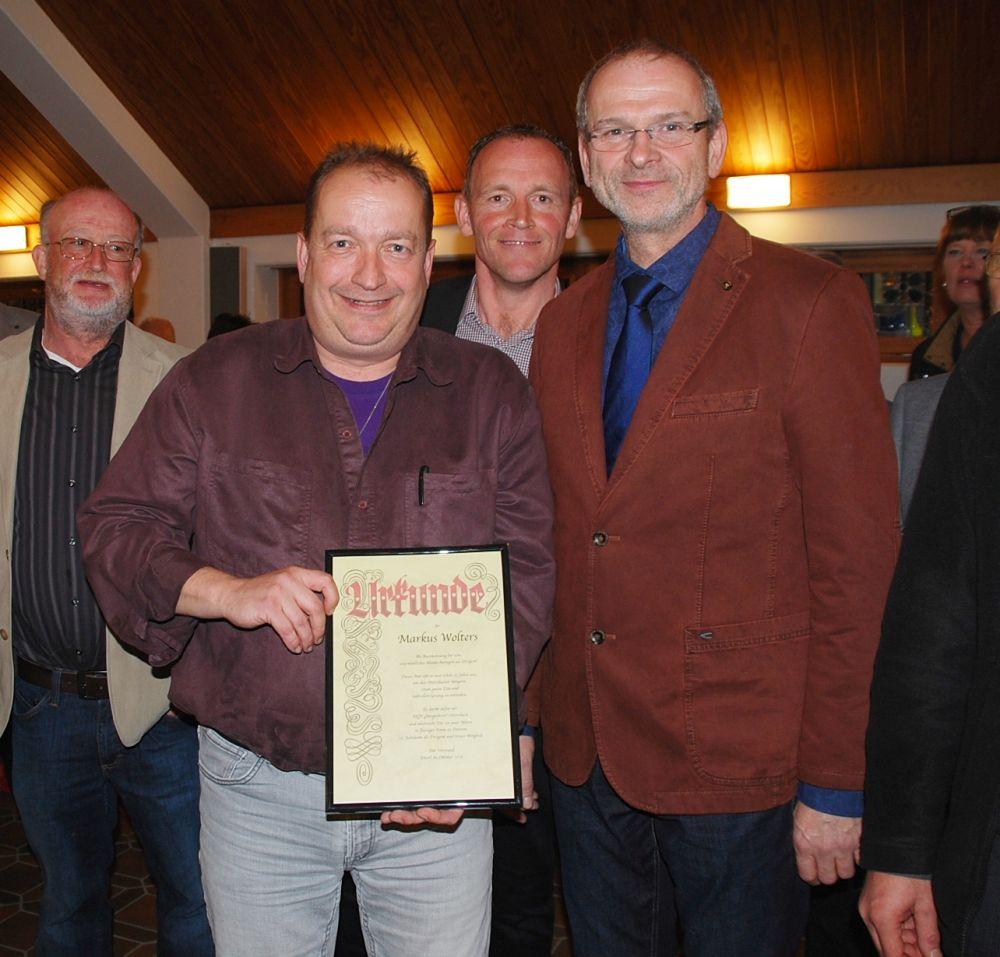 Bildmitte : v.l.n.r.:  Markus Wolters (mit Urkunde) Markus Kolf und Peter Wieland